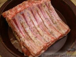 Свинина, запеченная с картофелем: Положить мясо на противень, полить нагретым растительным маслом и запекать в разогретой духовке на среднем огне.