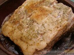 Свинина, запеченная с картофелем: Мясо периодически (каждые 20 минут) переворачивать и поливать соком, если нужно – подлить немного горячей воды.