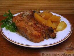 Свинина, запеченная с картофелем: Запеченная свинина должна постоять 10 минут, после чего нужно нарезать мясо на порционные куски с косточкой.