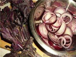 Люля-кебаб в лаваше (по алма-атински): Еще нужно подмариновать лук.  Лук нарезать колечками, сложить в миску, залить туда уксус или лимонный сок, слегка помять и отставить минут на десять.