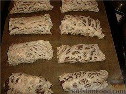 Люля-кебаб в лаваше (по алма-атински): Разрезать на продолговатые пласты по количеству люляшек. Завернуть в сетку фарш и выложить на противень.