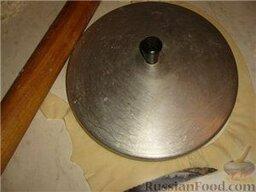 Люля-кебаб в лаваше (по алма-атински): Тоненько, очень тонко раскатать. Вырезать кружок по форме крышки диаметром примерно 20 см.