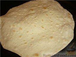 Люля-кебаб в лаваше (по алма-атински): Лепешечку, прежде, чем положить на сковородку, отряхнуть от муки, чтобы не подгорало.