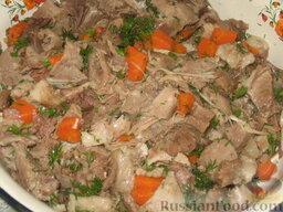 Террин из рульки с языком: Сваренной рульке дадим немного остыть в бульоне, потом разберем мясо на мышцы и порежем его на кусочки. Добавим к мясу порезанные языки, измельченную зелень, чеснок и вареную морковь кусочками. Посолим и поперчим по вкусу. Еще добавим 1 стакан нежирного бульона, оставшегося от варки  рульки. Желатин я не добавляла, но если боитесь, что террин плохо застынет, можете добавить в бульон желатин согласно инструкции. Все хорошо вымешаем.  С кожи постараемся аккуратно удалить жир. Если вы его едите, можете добавить к мясу или использовать в других целях. Не страшно, если кожа порвалась немного, ее можно выложить кусочками.