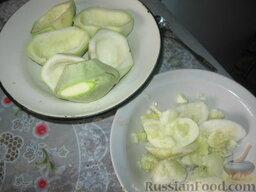Патиссоны, фаршированные рисом и мясом: Как приготовить патиссоны, фаршированные мясным фаршем, в духовке:    Берем молодые патиссоны с нежной кожицей, желательно одинакового размера. Разрезаем их пополам и с помощью ножа и чайной ложки убираем середину. Ее не выбрасываем –можно использовать в тушеных овощах.  С другой стороны для устойчивости немного срезаем ребро. Получились лодочки.