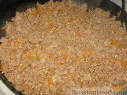 Патиссоны, фаршированные рисом и мясом: Мясной фарш обжарим на масле с луком и морковкой до полного распадения.