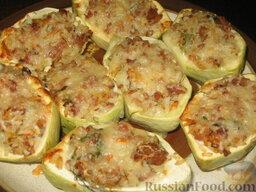 Патиссоны, фаршированные рисом и мясом: Готовые патиссоны выкладываем на тарелку. Подаем запеченные патиссоны с фаршем с любым соусом, кетчупом. Хорошо подходит соус чили.