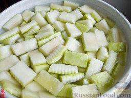 Варенье из арбузных корок: Как приготовить варенье из арбузных корок:    Берём толстокорый арбуз, аккуратно срезаем с корок оставшуюся розовую часть - можно поскоблить ложкой добела, срезаем зелень (я срезал картофелечисткой), нарезаем на кусочки с фигурными краями (это традиция!). Размер кусочков небольшой, примерно чтобы один раз откусить.  Накалываем вилкой и отправляем в содовый раствор - 3 чайных ложки на 3 литра холодной воды. Оставляем мокнуть 4-6 часов.   Промываем хорошенько, даём пару раз по 30 минут отстояться в чистой воде.    Из 3-3,5 стаканов воды и половины сахара варим сироп, опускаем туда корки, доводим до кипения и кипятим на слабом огне минут 20. Выключаем и даём постоять часов 8 или больше.  Снова доводим до кипения, всыпаем оставшийся сахар, кипятим минут 20-30 (не бойтесь, переварить трудно:)) и оставляем на 8 часов.   В третий раз кипятим до полупрозрачного состояния - может полчаса, а может и час занять, пробуйте на вкус - дольки должны легко откусываться, чуть хрустеть. Сильно не кипятите. Если соку мало, добавляем примерно стакан кипятка.
