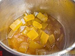 Варенье из арбузных корок: Выдавливаем сок одного лимона (можно и 2-х), добавляем ваниль. Даём остыть и раскладываем варенье из арбузных корок по банкам.  Хранится оно, как обычное варенье - без холодильника.