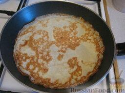 Блины скороспелые: Горячую сковороду смазать салом. Пожарить блины где-то минуты  две, до золотистости с обеих сторон.