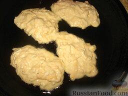 Сырные оладушки: Жарить оладушки с двух сторон на раскаленном растительном масле под крышкой.