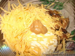 Ленивый бризоль: Смешать грибы с тертым сыром, горчицей, сметаной и выдавленным чесноком.