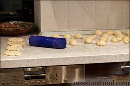Перемечи: Раскатываем колобки в лепёшки, будто они попали под каток.