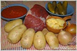Азу по-татарски: Для приготовления азу по-татарски, если, конечно, Вы не татарская Бабушка, а она и так знает, что и как нужно делать, Вам потребуется: топленое масло, мясной бульон, мясо (говядина или баранина), картофель, репчатый лук, соленые огурцы, помидоры (рубленые томаты в собственном соку или томатная паста), смесь перцев, соль.