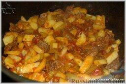 Азу по-татарски: Переложить в казан подготовленные картошку и соленые огурцы. Аккуратно но тщательно перемешать и накрыв крышкой, оставить томиться на самом малом огне, еще 10-15 минут.