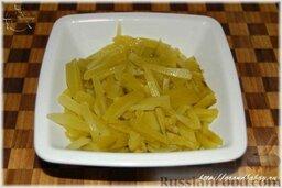 Азу по-татарски: Соленые огурцы, лучше всего бочковые, очистить от кожицы и нарезать небольшими брусочками, толщиной в 3-4 миллиметра.