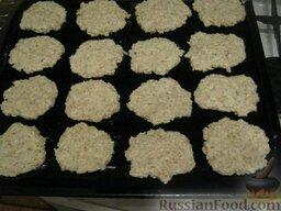 Печенье овсяное с творогом: Включить духовку. Противень смазать растительным маслом. Сформировать из теста лепешки и выложить на противень.