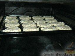 Печенье овсяное с творогом: Лепешки из геркулеса с творогом смазать сметаной и посыпать сахаром. Поставить противень в духовку на среднюю полку.
