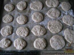 Печенье постное: Печенья выложить на застеленный бумагой для выпечки или припорошенный мукой противень. поставить на среднюю полку.