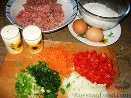 Голубцы с домашней лапшой: Посолим и поперчим фарш. Мелко порежем перец, зеленый лук, зелень, репчатый лук. Потрем морковь.