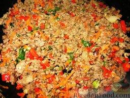 Голубцы с домашней лапшой: На разогретом жире обжарим лук, добавим фарш и будем жарить его, помешивая, до рассыпчатости. Затем добавим морковь, перец и зелень. Потушим 5 минут.