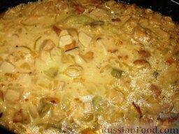 Голубцы с домашней лапшой: Зальем голубцы грибным соусом и поставим еще на полчаса в духовку. Противень с голубцами накроем крышкой или фольгой.