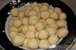 Творожное печенье: Скатать из теста маленькие шарики.