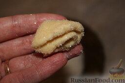 Творожное печенье: А потом еще раз сложить пополам, вот таким способом.