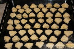 Творожное печенье: Выложить на противень, поместить в предварительно разогретую духовку и выпекать печенье творожное при температуре 180-190 градусов до золотистого цвета (начинать проверять на румяность минут через 15).