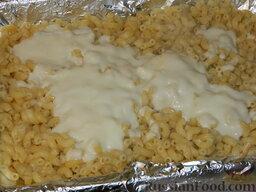 """Запеканка с фаршем и макаронами под соусом """"Бешамель"""": Поверх макарон вылить половину соуса."""