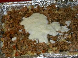 """Запеканка с фаршем и макаронами под соусом """"Бешамель"""": На фарш выложить оставшуюся половину соуса."""