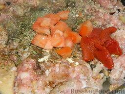 """Запеканка с фаршем и макаронами под соусом """"Бешамель"""": Помидор нарезать кубиками. Если у вас мало помидоров, можете заменить их томатной пастой."""