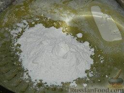 """Запеканка с фаршем и макаронами под соусом """"Бешамель"""": В растопленное масло добавить муку."""