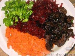 Винегрет с черносливом и тыквенными семечками: Свеклу и морковь очистить и натереть на крупной терке. Предварительно замоченный чернослив мелко нарезать. Зелень петрушки вымыть и нарубить. Капусту перемешать со свеклой, морковью, петрушкой, половиной тыквенных семечек и черносливом. Винегрет посолить и заправить маслом.