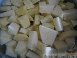 """Борщ """"Красный-Прекрасный"""" с курицей: Пока варится мясо - очистить и помыть картофель, нарезать кубиками."""