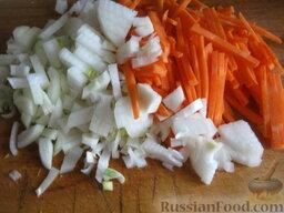 """Борщ """"Красный-Прекрасный"""" с курицей: Почистить и помыть лук и морковь. Нарезать лук кубиками. Морковь натереть на крупной терке."""