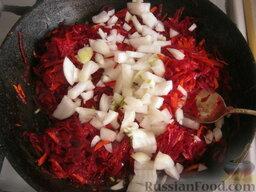 Борщ с кислой капустой: Затем добавить лук.