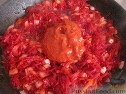 Борщ с кислой капустой: Добавить томатную пасту (или тертые на терку свежие помидоры). Перемешать и тушить 3-5 минут.