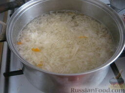 Борщ с кислой капустой: Когда картошка покипела 10 минут, можно выложить подготовленную капусту. Варить 10 минут.