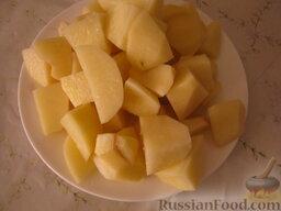 Борщ с кислой капустой: Тем временем очистить и помыть картофель. Нарезать на кусочки.