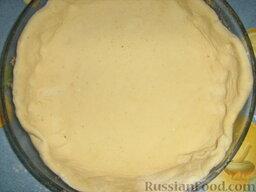 Открытый пирог с грибами и домашними колбасками: Как приготовить открытый пирог с грибами:  Замешиваем тесто: смешиваем молоко и муку, солим, добавляем растопленное масло, разрыхлитель и сахар. Тесто для открытого пирога должно получиться эластичным. Заворачиваем тесто в пленку и даем настояться минут 30. Раскатываем чуть больше, чем диаметр формы.
