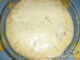 Открытый пирог с грибами и домашними колбасками: Добавляем соус Бешамель. Загибаем бортики.