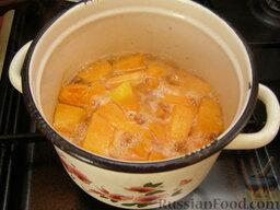 Сладкий тыквенный крем-суп с корицей: Залить водой, так чтобы покрыло, довести до кипения, посолить. Варить на слабом огне под крышкой до готовности (20-30 минут).