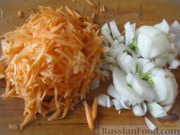"""Постный борщ """"Южный"""": Очистить и помыть лук и морковь. Лук нарезать кубиками, морковь натереть на крупной терке."""