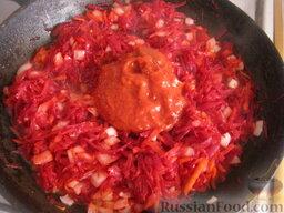 """Постный борщ """"Южный"""": Разогреть сковороду, налить растительное масло. Выложить все овощи, кроме капусты. Тушить, помешивая, на среднем огне 4-7 минут. Затем добавить томат-пасту или тертые на терке помидоры. Тушить, помешивая, 5 минут."""