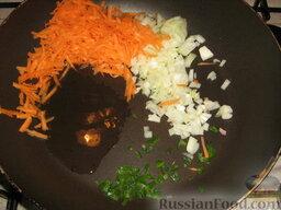 Голубцы из савойской капусты с мясо-грибной начинкой: Как приготовить голубцы из савойской капусты с мясом и грибами:  Лук и перчик режем мелкими кубиками, морковь натираем на крупной терке.