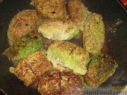 Голубцы из савойской капусты с мясо-грибной начинкой: Обжариваем голубцы с мясом и грибами с двух сторон на растительном масле.