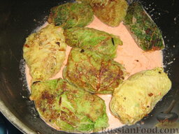 Голубцы из савойской капусты с мясо-грибной начинкой: На дно непригораемой кастрюли наливаем немного соуса и размещаем голубцы.