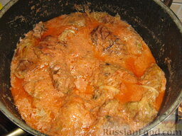 Голубцы из савойской капусты с мясо-грибной начинкой: Тушим голубцы с мясом и грибами под крышкой, на медленном огне, около 40 мин.