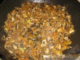 Голубцы из савойской капусты с мясо-грибной начинкой: Добавляем в сковороду и тоже обжариваем.